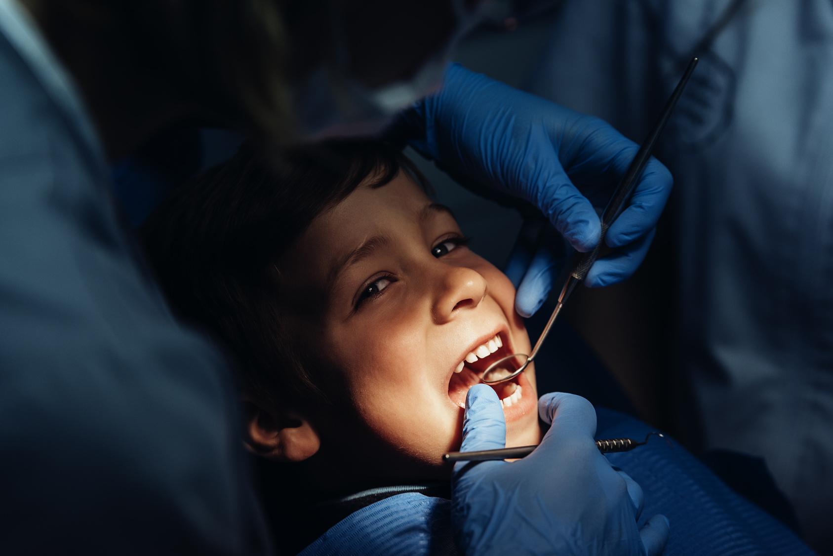 miniatura leczenie zęba dziecka