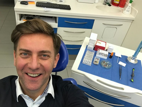 pacjent Rafał Królikowski u dentysty Naturaldens